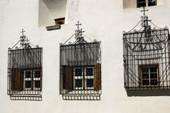 Windows z żelazo kratownicami - Engadine Szwajcaria Zdjęcia Royalty Free