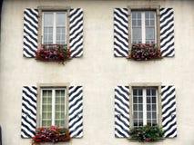 Windows z pasiastymi dekorować żaluzjami zdjęcie stock