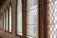Windows z witraży okno w starym kasztelu obrazy stock