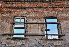 Windows in zerbröckelnder Wand Lizenzfreies Stockfoto
