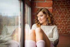 windowsill девушки сидя Взгляд сверху Стоковое Фото