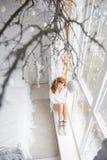windowsill девушки сидя Взгляд сверху Стоковые Изображения RF