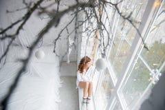 windowsill девушки сидя Взгляд сверху Стоковые Изображения