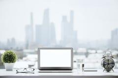 Windowsill z białym laptopem zdjęcie stock