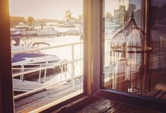 Windowview sul pilastro e sugli yacht Fotografia Stock Libera da Diritti
