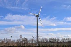 Взгляд на ветрянках альтернативной энергии в windpark в северной Германии перед голубым небом стоковая фотография rf