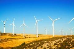 Windpark am Ackerland im Sommer Stockfotos