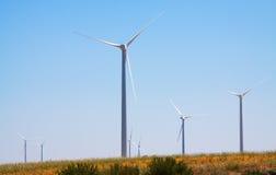 Windpark am Ackerland im Sommer Stockfotografie