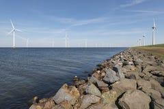 Windpark im Wasser und auf Land Stockbild