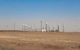 Windpark an Land, unter Verwendung einiger horizontaler Achsenturbinen, Sommertag lizenzfreies stockfoto