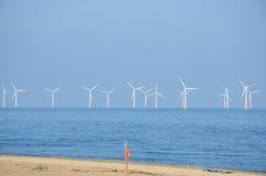 Windpark mit sandigem Strand und Rettungsgürtel Lizenzfreie Stockfotos