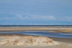 Windpark a pouca distância do mar no horizonte Fotos de Stock Royalty Free