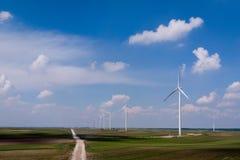 Windpark, Vogelperspektive mit hellem blauem bewölktem Himmel stützbar lizenzfreie stockbilder