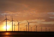 Windpower op zonsondergang stock afbeelding