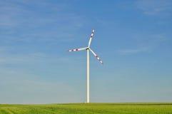 Windpower stacja w polu uprawnym Obraz Stock