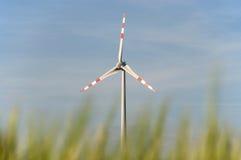 Windpower stacja w polu uprawnym Fotografia Royalty Free
