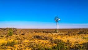 Windpump de acero en semi la región del Karoo del desierto en Suráfrica foto de archivo