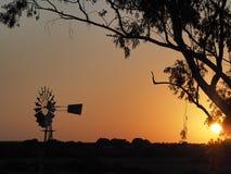 Windpump en el cabo en la puesta del sol, Suráfrica Imagen de archivo libre de regalías