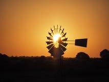 Windpump en el cabo en la puesta del sol, Suráfrica Imagenes de archivo
