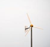 Windrad auf weißem Hintergrund Stockbild