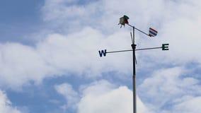 Windrichting of Windwijzer met het Westenteken of symbool van het het Noordenzuidoosten stock videobeelden