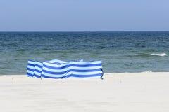 Windscherm op een breed gouden strand bij de Poolse kust Royalty-vrije Stock Afbeeldingen