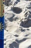 Windscherm op een breed gouden strand bij de Poolse kust Stock Afbeeldingen