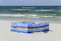 Windscherm op een breed gouden strand bij de Poolse kust Stock Afbeelding