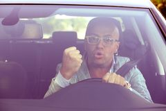 Windschutzscheibenansicht eines verärgerten Fahrermannes lizenzfreie stockfotografie