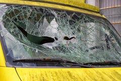 Windshiedld cassé l'illustration de véhicule des accidents 3d a isolé le blanc rendu Photographie stock libre de droits