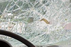 Windshiedld cassé l'illustration de véhicule des accidents 3d a isolé le blanc rendu Photographie stock