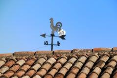Windsignalbrandhahn auf Dach Stockfoto