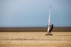 Windskate på stranden som kör i sanden arkivbild