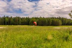 Windsock στον πράσινο τομέα και το δασικό υπόβαθρο στοκ εικόνες