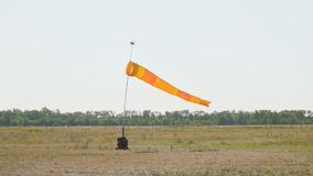 Windsock bij de luchthaven stock video