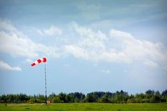 Windsock bij de luchthaven, de zomer en de wolken stock afbeelding