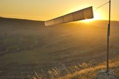 Windsock bij zonsondergang in bergen tegen zon Royalty-vrije Stock Fotografie