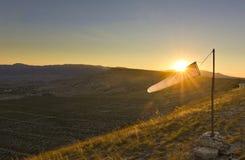 Windsock bij zonsondergang in bergen tegen zon Royalty-vrije Stock Afbeeldingen