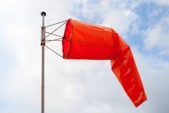 windsock Czerwony wiatrowy wskaźnik nad chmurnym niebem zdjęcie royalty free