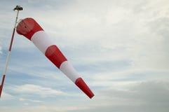 Windsock die op betrokken hemelachtergrond golven stock afbeeldingen