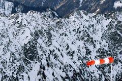 Windsock em montanhas rochosas nevado Imagem de Stock Royalty Free