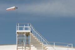 Windsock op de tank van de olieopslag Royalty-vrije Stock Foto's