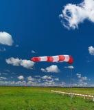 Windsock på den mörkblå skyen Arkivbilder