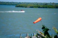 Windsock pogodowa skarpeta z wiatrem i łodzią Obrazy Stock