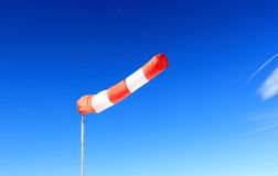 Windsock vermelho na frente do céu azul profundo Fotos de Stock Royalty Free