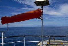 Windsock, wit en rood, die op de positie van de wind wijzen Royalty-vrije Stock Afbeeldingen