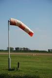 Windsocke auf Flughafen Stockfotos