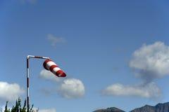 Windsocke und -himmel lizenzfreie stockfotos