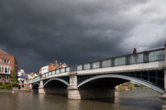 WINDSOR, BERKSHIRE/UK - 27 DE ABRIL: Mulher que olha sobre o bridg de Eton Fotos de Stock Royalty Free