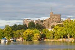 Windsor Castle che trascura il Tamigi, Inghilterra fotografia stock libera da diritti